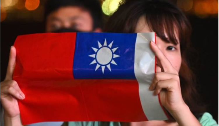 2019年台湾双十国庆一位女孩手持台湾国旗