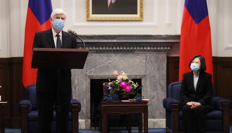美国总统拜登挚友、前参议员多德