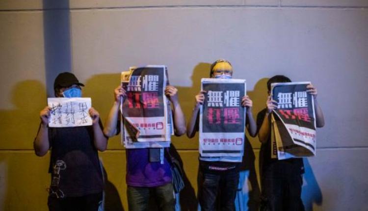香港市民举起《苹果日报》以示支持