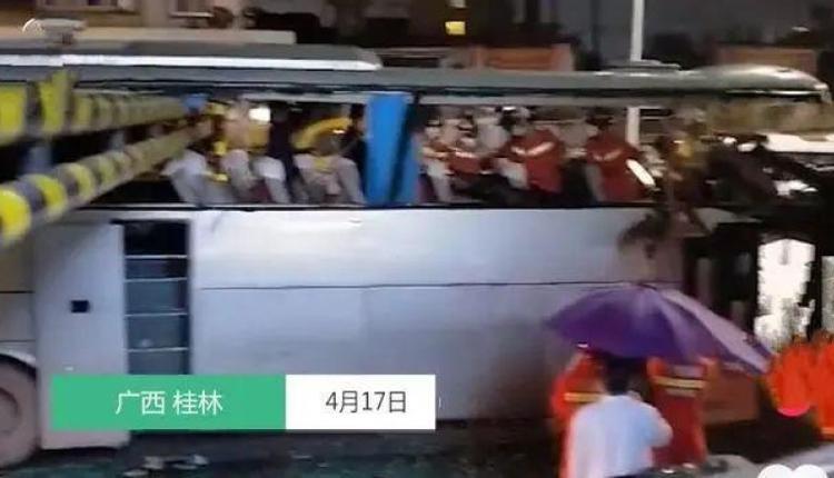 广西桂林一辆大巴车遭限高杆削顶