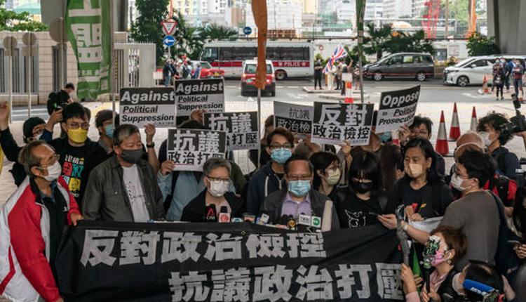 香港民主人士4月16日在法院判決前在西九龍法院前抗議