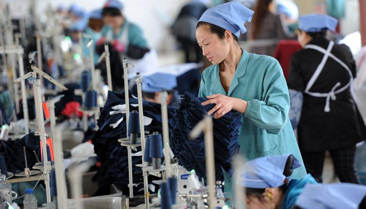 图为中国工人在工厂做工