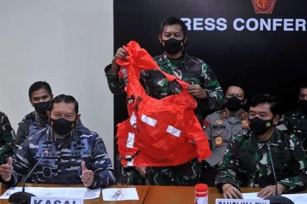 印尼军方在25日召开新闻会,展示寻获的救生衣。