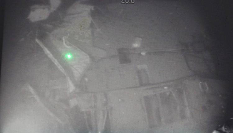 从海底传回的照片显示,该潜艇已断裂成三段。