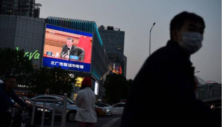 北京街头的大屏幕上正在播放习近平讲话