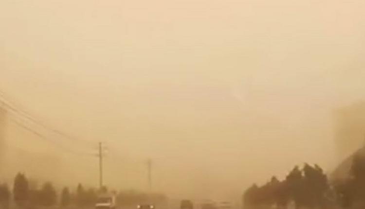 沙尘暴袭击甘肃河西走廊 数十米黄墙导致天昏地暗