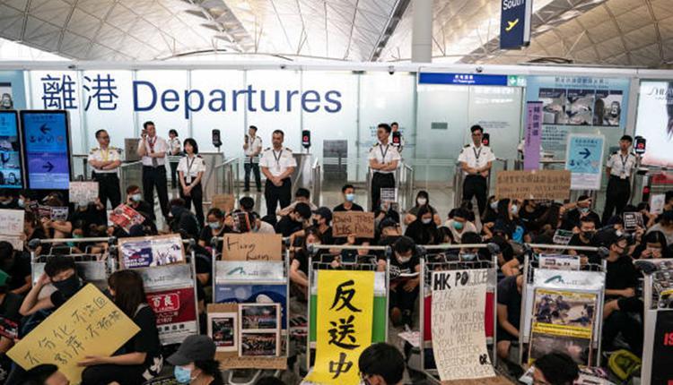 港人占据机场大厅