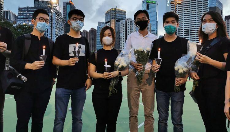 """20多名香港泛民主派人士去年参加未经批准举办的""""六四""""烛光晚会后遭起诉"""