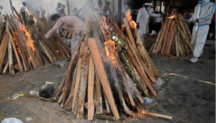 图为印度焚烧染疫死亡者尸体