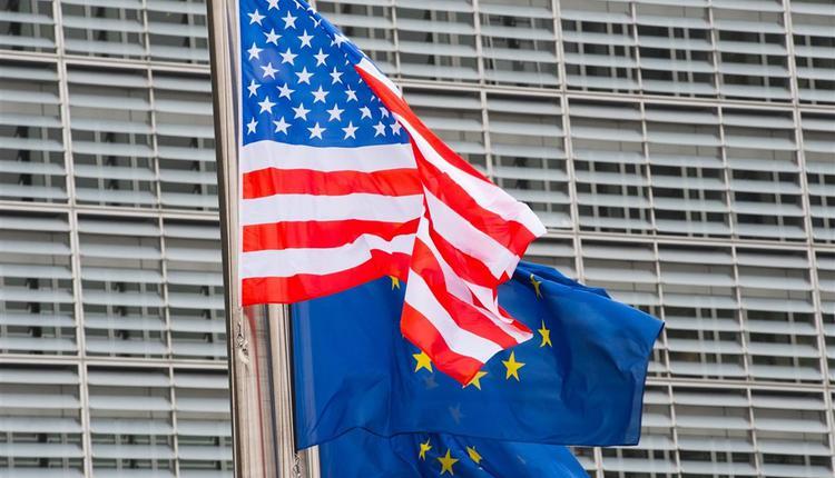 美国国旗及欧盟旗帜