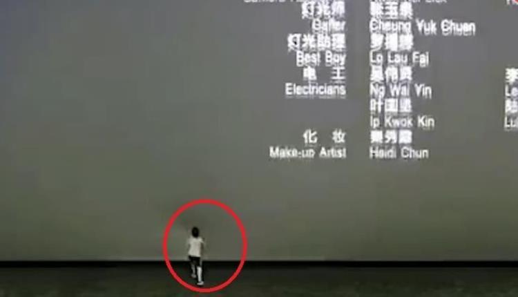 男童脚踢电影荧幕5次现场监控(图片来源:视频截图)