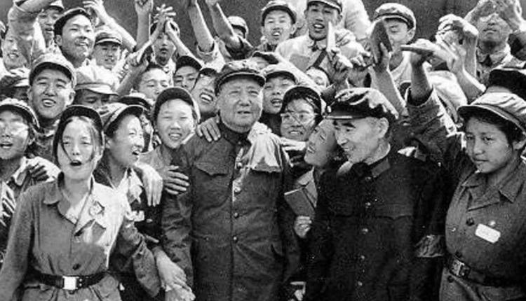 文革初期,簇拥着毛泽东和林彪的红卫兵