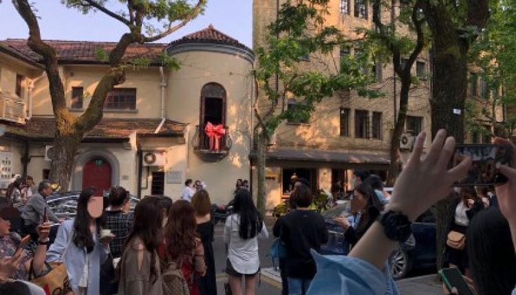 上海武康路最新网红景点是129号小阳台上的粉红蝴蝶结