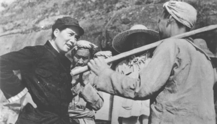 毛泽东(左)在延安。