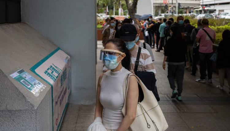 市民排队等候接种疫苗