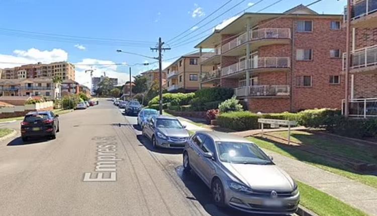 悉尼华人区Hurstville一名男子从三楼坠落,砸中了一名女子。