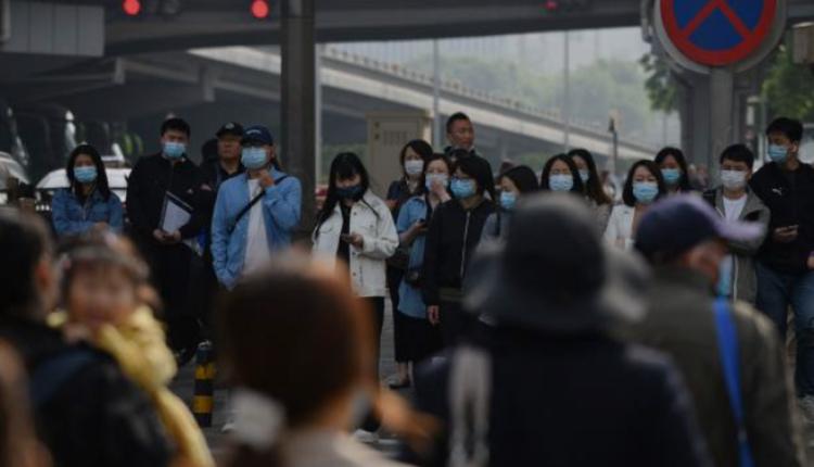 北京市区交通路口正在等待过马路的人群