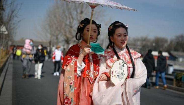 两位女子穿着汉服在北京故宫附近逛街