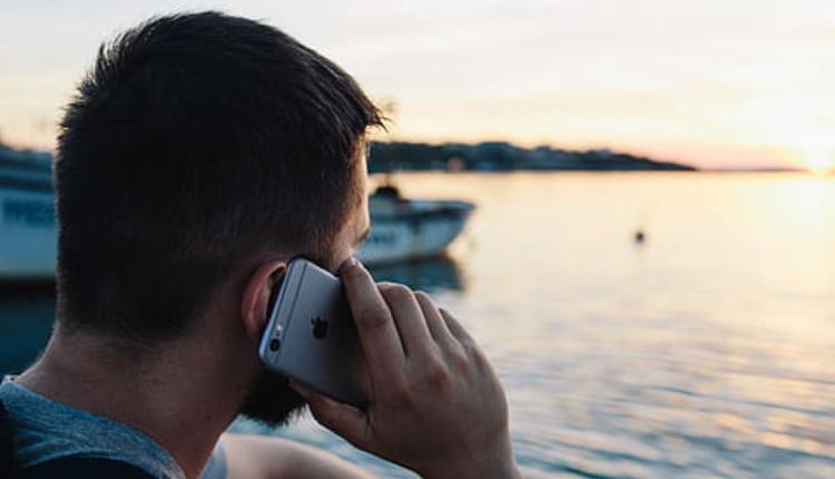 男人打电话 示意图 图片来源:Piqsels