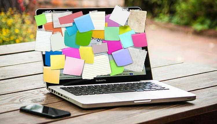 求职 电脑屏幕贴满便利贴 图片来源:Piqsels