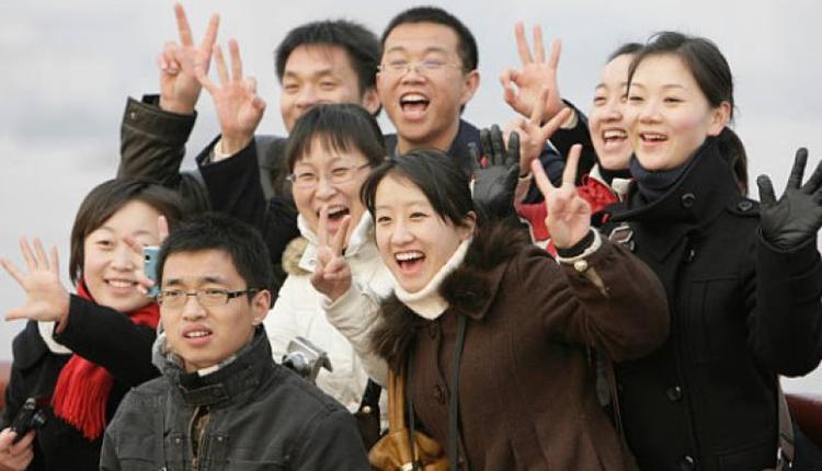 图为一群年轻人在上海拍照