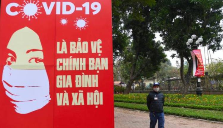 越南街头随处可见提醒民众戴口罩的标语
