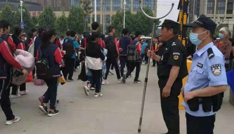 2021年5月24日,案发前一天南阳高新公安分局发布警员守护校园安全的宣传照。
