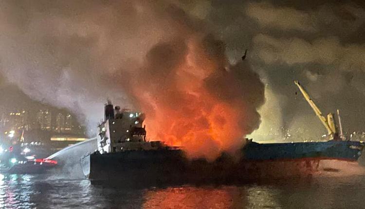香港昂船洲货船火烧15小时
