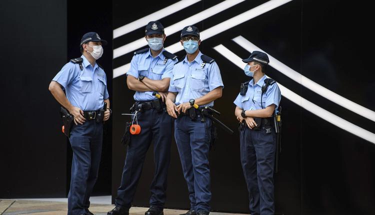 在香港维多利亚公园附近的警察