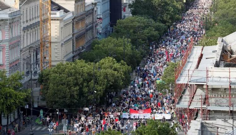 匈牙利布达佩斯民众示威抗议政府建造中国上海复旦大学分校计划。