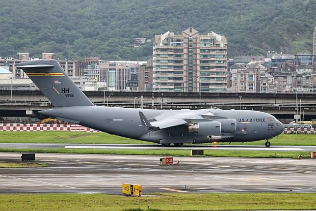 美国C-17运输机降落台湾