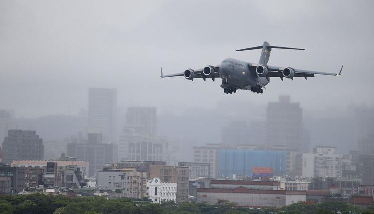 美军C-17 于松山机场起飞特写。