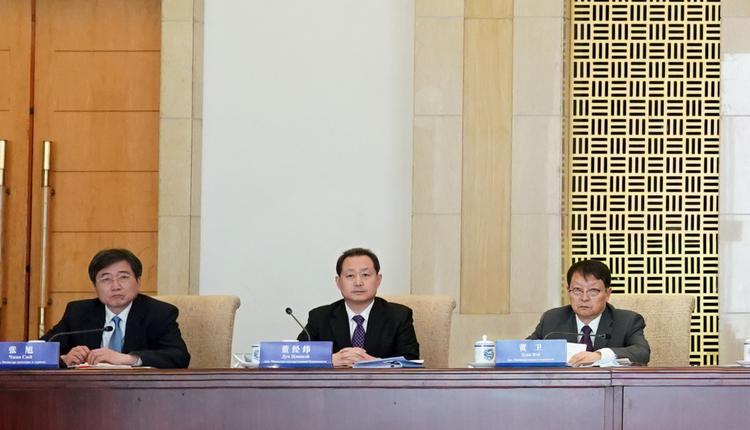 图为董经纬与中方官员参加会议