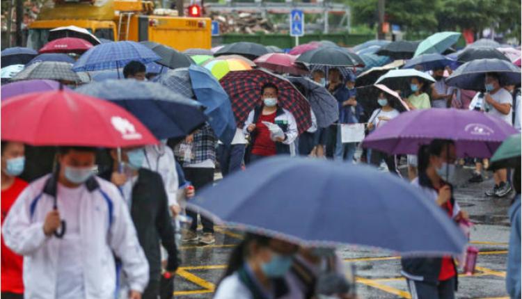 图为湖北武汉考生冒雨参加考试