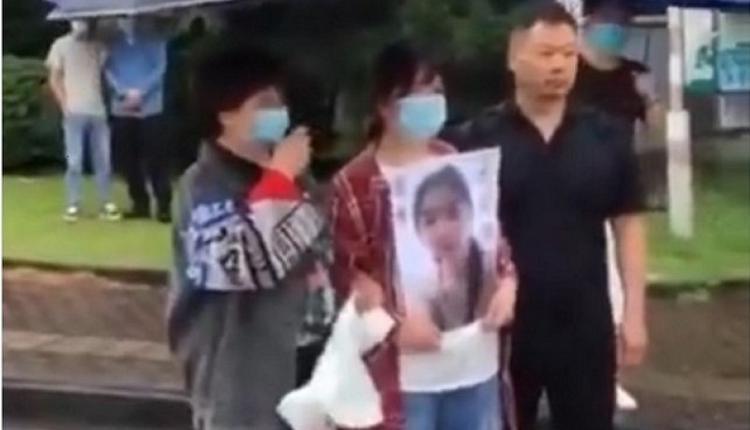 6月19日,宁波工程学院被黑人外教杀害的陈某君家属手举遗像