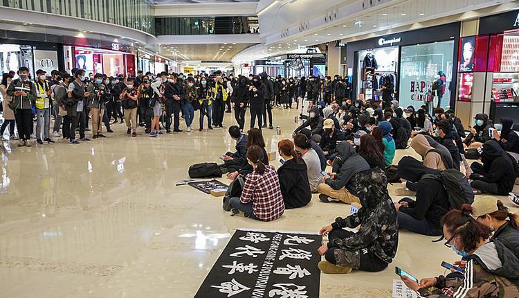 示威人士聚集,纪念元朗袭击事件发生满7个月。