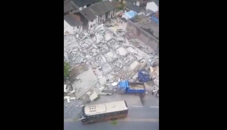 一栋居民楼整体坍塌,还砸毁许多车辆。