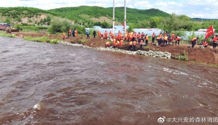 黑龙江大兴安岭消防员营救受困民众