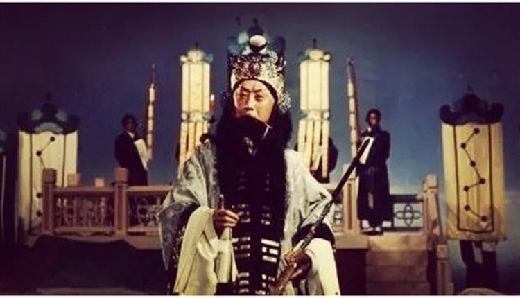 马连良在拿手戏目《借东风》中扮演诸葛孔明。