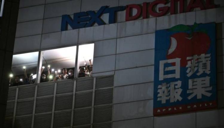 6月23日晚,苹果日报停刊前的最后一夜,大量支持者前往壹传媒大楼声援