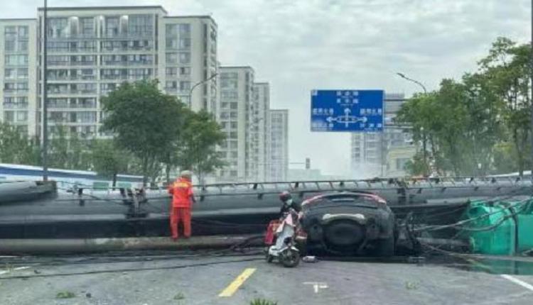 宁波一工地打桩机倒塌砸中行驶中的汽车 两人死亡