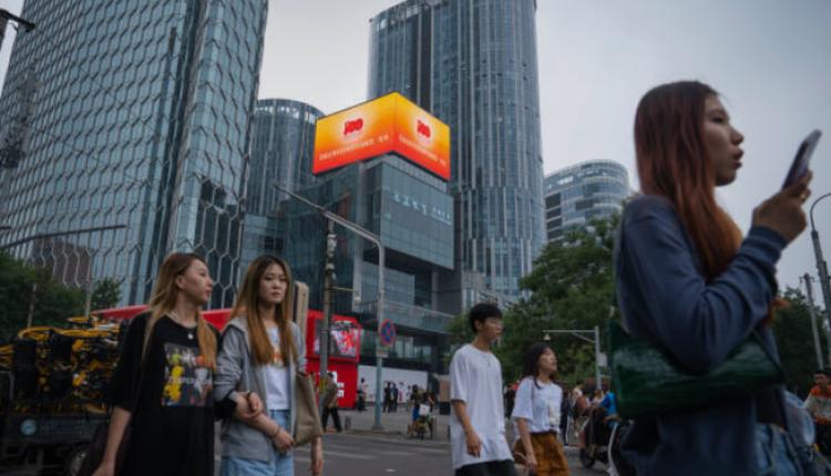 北京大楼上一个宣传中共建党百年的LED广告牌