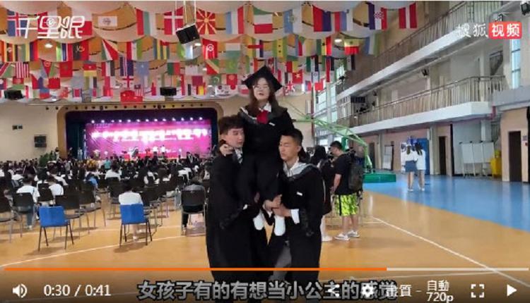 将女生抬到肩膀拍照 西安翻译学院毕业季引关注