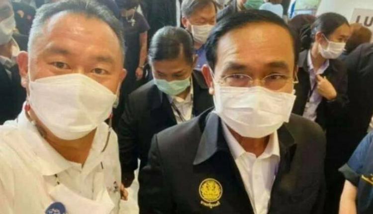 泰国总理巴育(图右)特别在7月1日前往普吉岛与相关企业业者会面,会中还与一名商会会长(图左)自拍