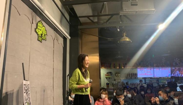 北京友你酒吧的脱口秀表演现场