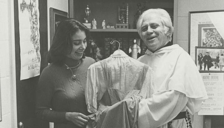 吉尔伯特·哈特克 (Gilbert Hartke) 牧师手持礼服的档案照片。