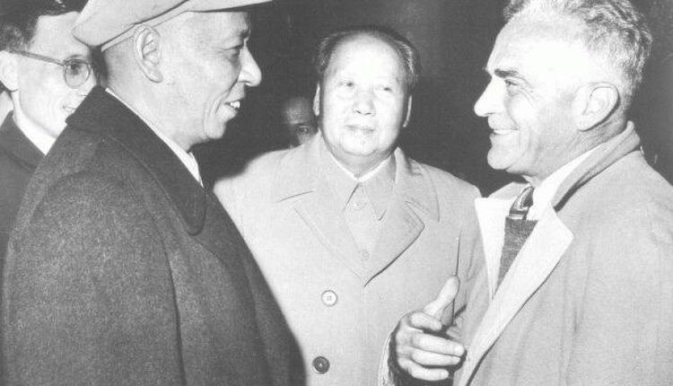 美国记者斯诺(右)与刘少奇