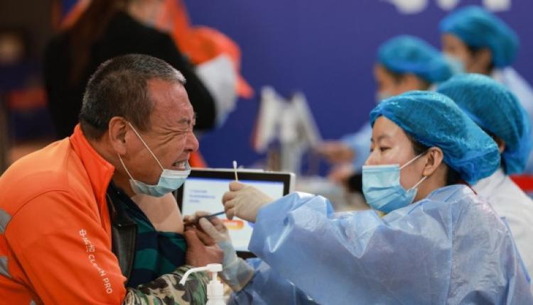 一名环卫工人在辽宁省沈阳接种疫苗