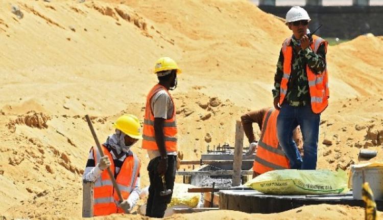 2020年2月24日,在斯里兰卡科伦坡港口建筑工地的中国和斯里兰卡工人。