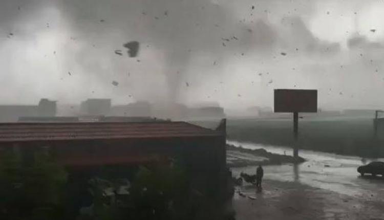 河北21日出现大型龙卷风毁坏民房